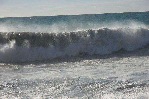 ارتفاع موج در دریای عمان به 3.5 متر رسید، شناور های دریایی از رفتن به دریا خودداری نمایند