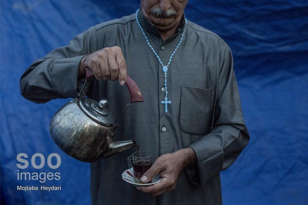 پذیرایی از زائران اربعین توسط پیرمرد مسیحی