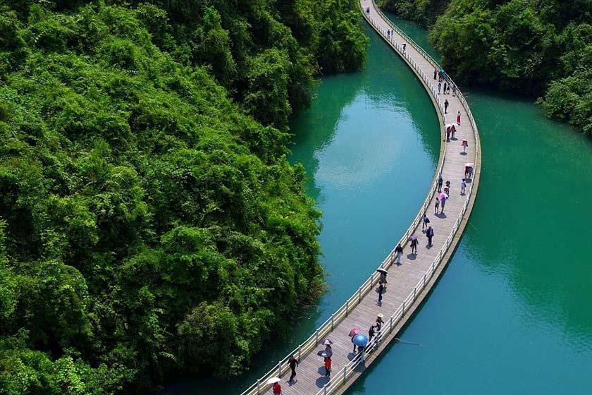 پل معلق روی آب در چین؛ گردشگاهی شگفت انگیز